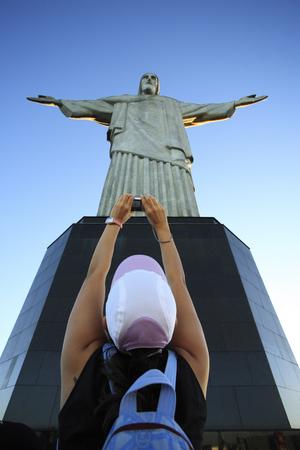 Foto de tourist taking a picture of the corcovado christ redeemer in rio de janeiro brazil - Imagen libre de derechos