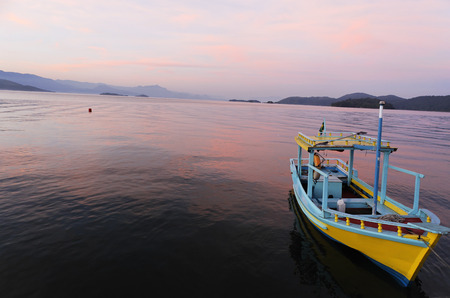 Photo pour boat at sunset in the bay of beautiful portuguese colonial typical town of parati in rio de janeiro state brazil - image libre de droit
