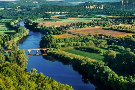 Photo pour medevial bridge over the dordogne river perigord france - image libre de droit