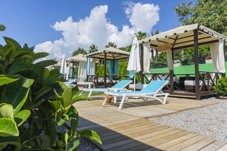 Foto de Luxury beach tents canopies on morning paradise white sandy beach - Imagen libre de derechos