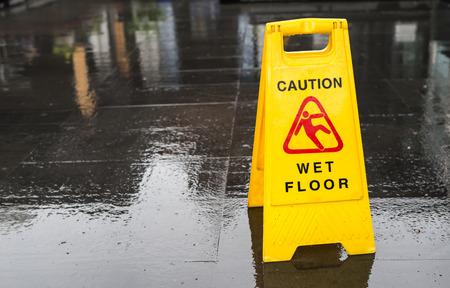 Foto de Sign showing warning of caution wet floor - Imagen libre de derechos