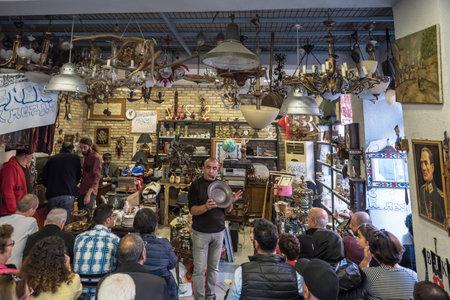 Foto de Unidentified man selling antique objects in auction shop in Balat,Istanbul,Turkey.15 October,2017 - Imagen libre de derechos