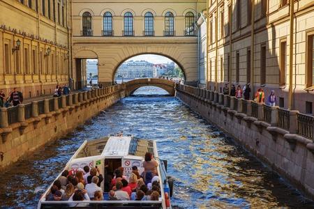 Foto de St. Petersburg, Russia – June 28, 2017: Tourist ship on the Winter Canal in St. Petersburg, Russia - Imagen libre de derechos