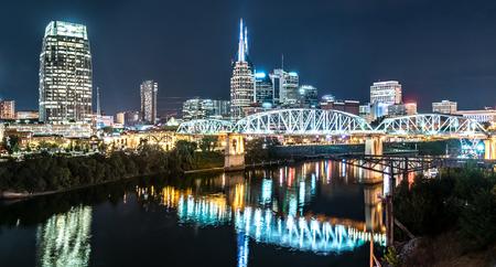 Photo pour Nashville night skyline along the Cumberland river from the Korean Veterans Blvd bridge - image libre de droit