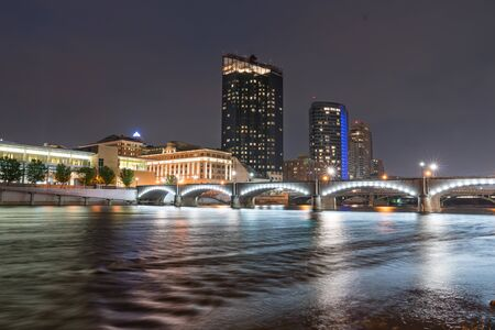 Foto de Night Skyline of Grand Rapids, Michigan along the Grand River - Imagen libre de derechos