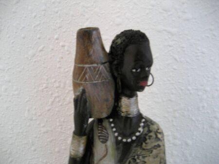 Photo pour African woman carrying water - image libre de droit