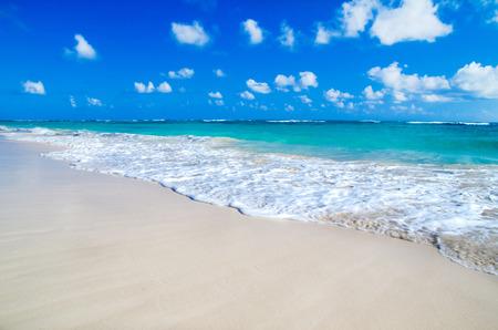 Photo pour beach and beautiful tropical sea - image libre de droit