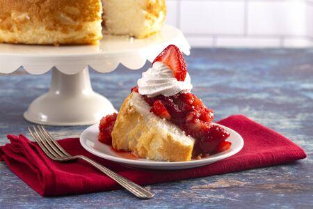 Foto de Strawberry Short Cake Made with Angel Food Cake and Strawberry Sauce - Imagen libre de derechos