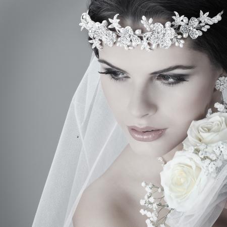Photo pour Portrait of beautiful bride. Wedding dress. Wedding decoration - image libre de droit