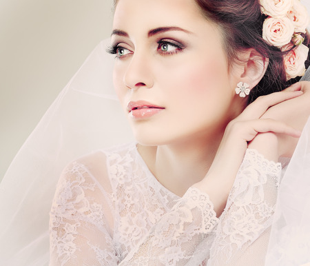 Photo pour Portrait of beautiful bride  Wedding dress  Wedding decoration - image libre de droit