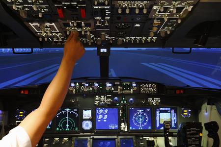 Foto de Controller in cockpit of flight simulator - Imagen libre de derechos