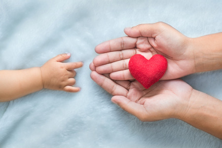 Photo pour Baby and mothers hands made symbol of love. - image libre de droit