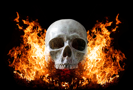 Photo pour Head skull in flame on dark black background. the symbol of dead. - image libre de droit