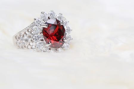 Foto de red gemstone on diamond ring - Imagen libre de derechos