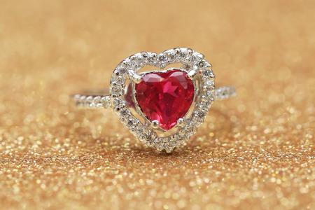 Photo pour red gemstone on diamond ring - image libre de droit