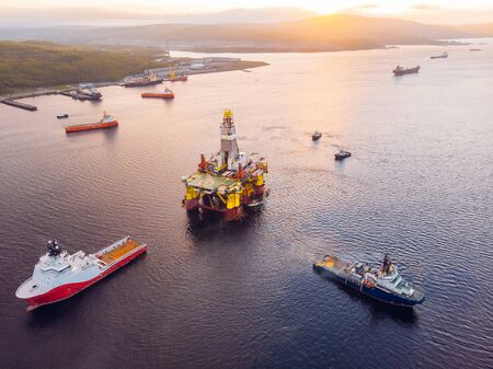 Photo pour Ships are transporting offshore oil rig for installation sea for repairs, aerial top view - image libre de droit