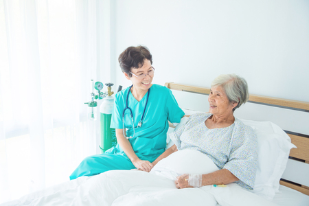 Photo pour Senior asian female patient smiling with nurse who come to visit her at bed - image libre de droit