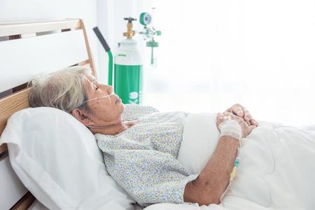 Foto de Asian senior female patient sleeping on bed in hospital - Imagen libre de derechos