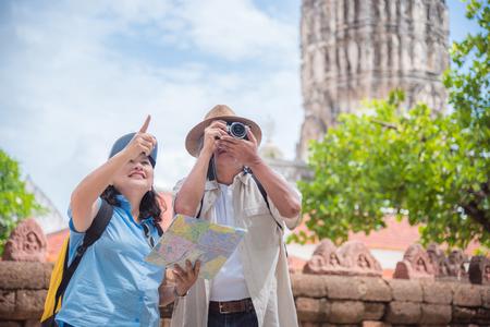 Photo pour Retired asian couple traveling at temple in Thailand. - image libre de droit