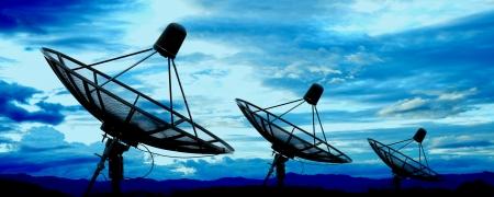 Photo pour satellite dish antennas under blue sky - image libre de droit