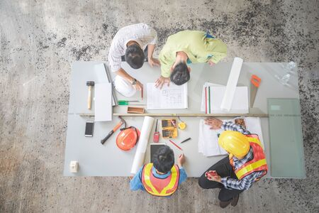 Photo pour engineer people working and discussing with architecture or blueprint at construction site - image libre de droit