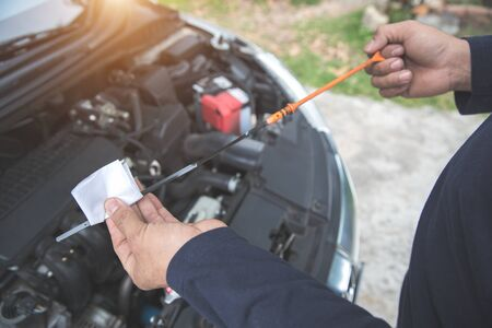 Photo pour Mechanic hands checking oil level - image libre de droit
