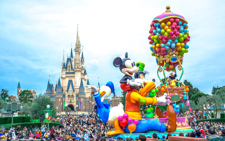 Photo pour CHIBA, JAPAN: Crowds seeing daytime parade in front of Cinderella Castle at Tokyo Disneyland - image libre de droit