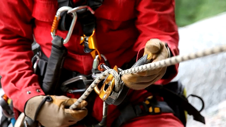 Photo pour abseiling on a buining with harness rope helmet blurred - image libre de droit