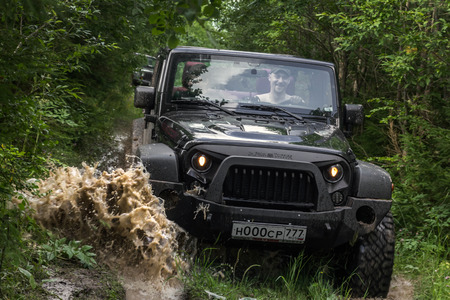 Photo pour 07/29/2017. Leningrad region. Russia. Jeep Wrangler with forest road in the Leningrad region. Wrangler is a compact SUV manufactured by Chrysler - image libre de droit