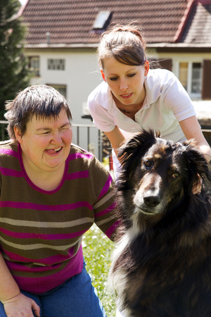 Foto de disabled woman is making a animal-assisted therapy - Imagen libre de derechos