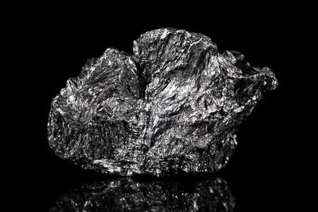Photo pour Rough mineral stone of Graphite, black specimen carbon, black background - image libre de droit