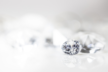 Photo pour still with expensive cut diamonds in front of a white background, reflections on the ground. Lot of copyspace - image libre de droit