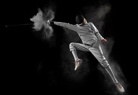 Photo pour male fencer in action - image libre de droit
