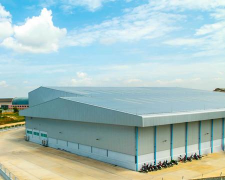 Foto de Architectural detail of metal roofing on commercial construction - Imagen libre de derechos