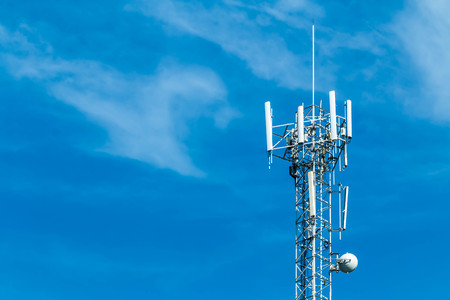 Photo pour upward of Communication Radio antenna Tower , microwave antenna tower on blue sky background - image libre de droit