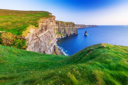 Photo pour Cliffs of Moher at sunset in Co. Clare, Ireland - image libre de droit