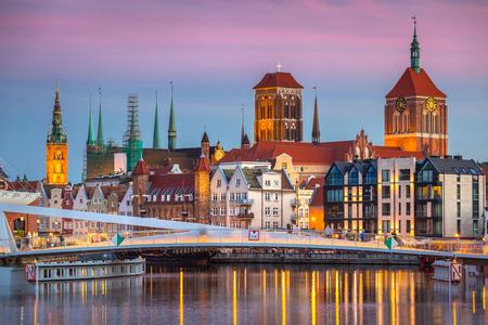 Foto de Old town in Gdansk and catwalk over Motlawa river at sunset, Poland - Imagen libre de derechos