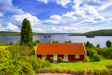 Foto de Traditional red cottage house at the lake in Sweden - Imagen libre de derechos
