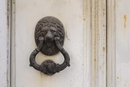 Photo pour Old lion knocker on wooden door - image libre de droit