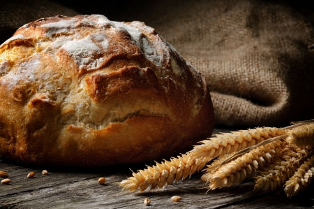 Photo pour Freshly baked traditional bread on wooden table - image libre de droit