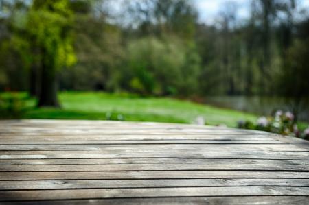 Foto de Empty wooden table in green spring garden - Imagen libre de derechos