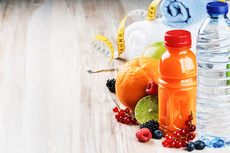 Foto de Fresh fruit juice and fitness accessories - Imagen libre de derechos