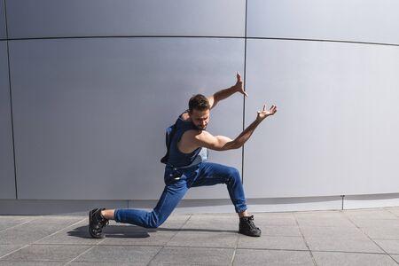 Photo pour Young handsome man dancer shows contemporary dance - image libre de droit