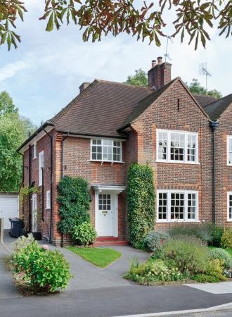 Photo pour Front of a British home in a London suburb of England, UK - image libre de droit