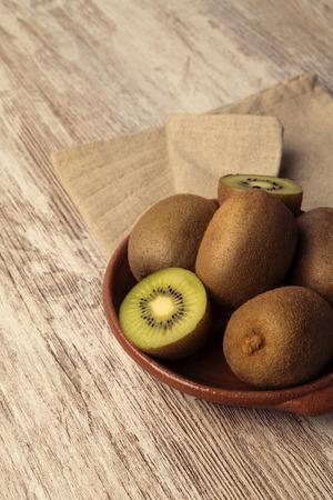 Foto de Kiwis in brown table - Imagen libre de derechos
