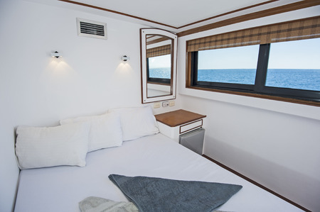 Photo pour Double bed in cabin of a luxury private motor yacht - image libre de droit
