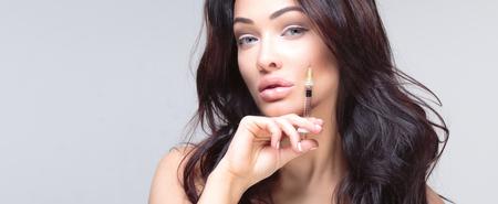 Photo pour Attractive young woman gets cosmetic injection. Beauty Treatment. - image libre de droit