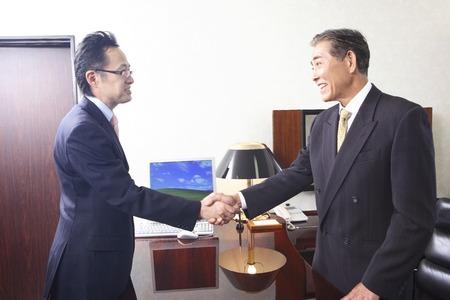 Foto de Businessmen shaking hands - Imagen libre de derechos