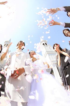 Photo pour Bride and groom receive the flower shower blessings - image libre de droit