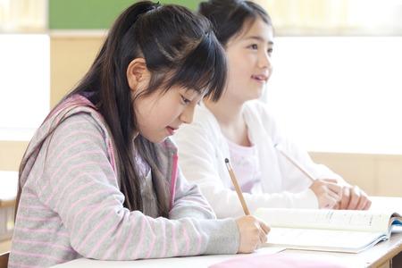 Foto de Elementary school girls in class - Imagen libre de derechos